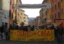 Una manifestazione per il diritto alla casa promossa dall'associazione Diritti per tutti - foto dal sito ufficiale