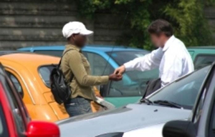 I parcheggiatori abusivi, spesso di origine senegalese, sono attivi in molti parcheggi cittadini.