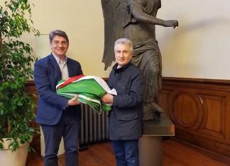 La consegna della bandiera italiana al sindaco di Brescia, foto da ufficio stampa, www.bsnews.it