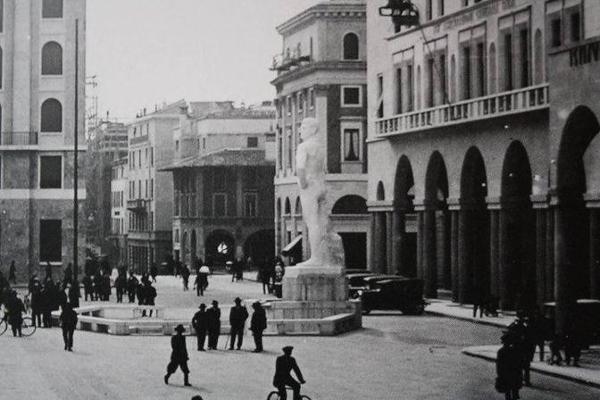 Il Bigio nella collocazione originale di piazza Vittoria in una foto storica