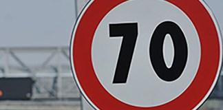 Il cartello che segnala il limite di velocità a 70 chilometri all'ora