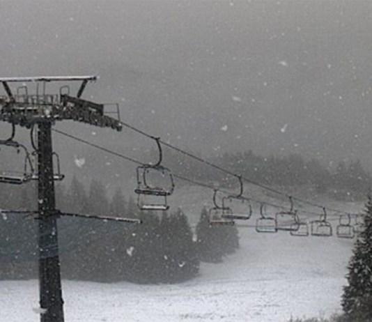 La neve cade sulle montagne bresciane