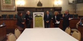 La cerimonia di consegna del quadro alla Provincia: da sinistra Nicoletta Bontempi, Giulio Mottinelli, Pier Luigi Mottinelli e Alessandra Magri, foto Andrea Tortelli, www.bsnews.it