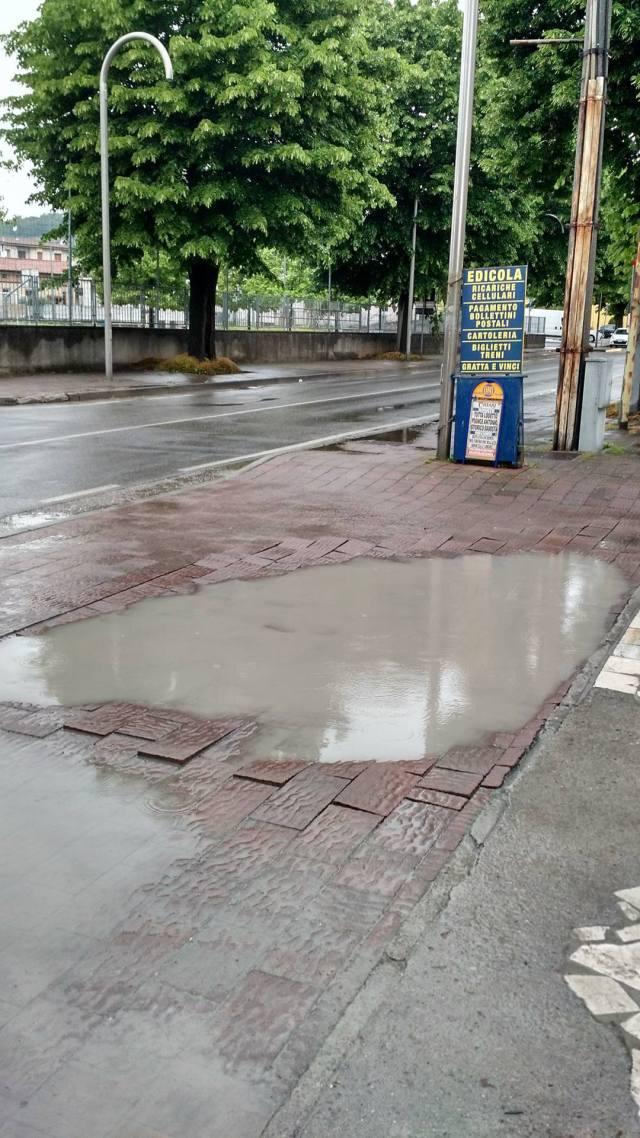 Rovato, il marciapiede del viale della Stazione versa in cattive condizioni di manutenzione, foto di un lettore, www.bsnews.it
