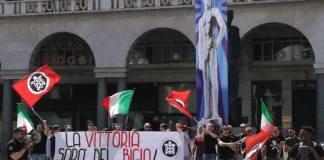 La riproduzione del Bigio messa in piazza Vittoria dai militanti di Casa Pound, foto da ufficio stampa, www.bsnews.it