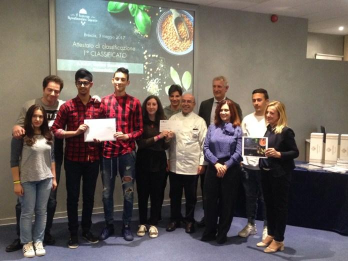 Gli chef del Bonsignori di Remedello ricevono il premio da Aib - foto da ufficio stampa