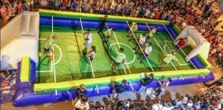 Una partita di calcio balilla umano, foto da web