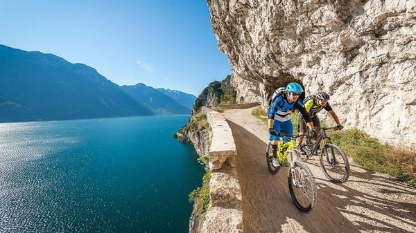 La pista ciclabile del lago di Garda sarà uno dei percorsi in bici più suggestivi d'Italia, foto da web