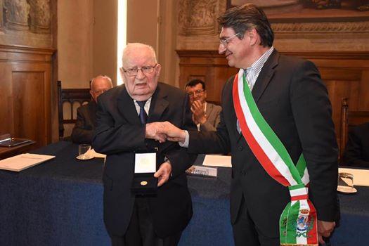 Consegna del Grosso d'Oro da parte del sindaco Emilio Del Bono a Franco Castrezzati, figura di spicco del sindacalismo, Castrezzati e speaker della manifestazione nel tragico 28 maggio 1974.