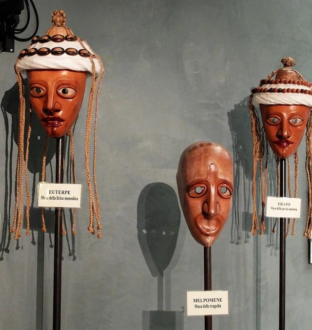 Le maschere di De Marchi in esposizione nel foyer del Teatro Sociale, foto di Enrica Recalcati, www.bsnews.it