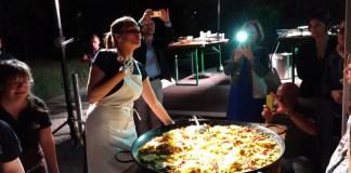 L'attrice Maria Pilar Perez Aspa distribuisce la paella al termine dell'iniziativa teatrale promossa con 39Vantini, foto www.bsnews.it