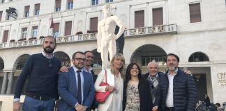 Un'immagine della conferenza del centrodestra in piazza Loggia, sullo sfondo è stato inserito un Bigio in cartone, foto da ufficio stampa, www.bsnews.it