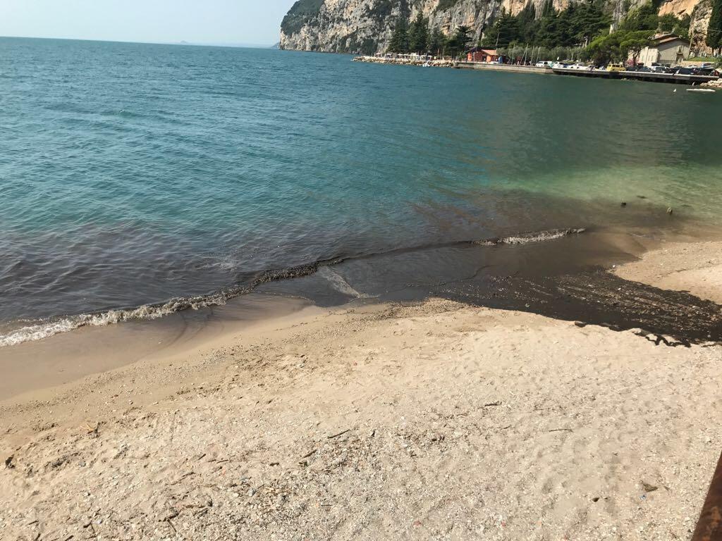 Barca si capovolge sul lago di Garda, un disperso