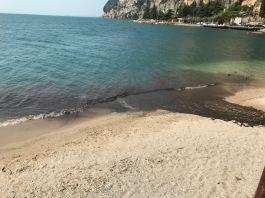 Tignale, un'autocisterna versa un liquido scuro nel lago di Garda: la chiazza scura creata nel lago, foto Dario Balotta