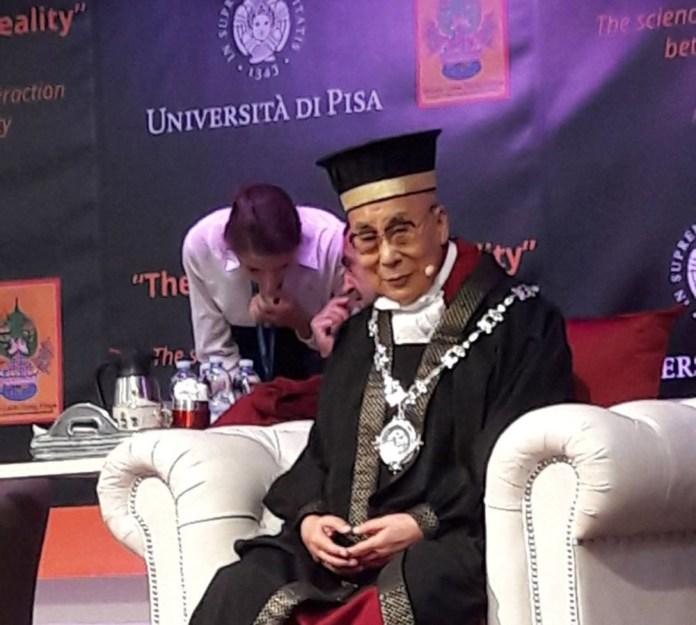 Il Dalai Lama in occasione della consegna della laurea honoris causa a Pisa, foto www.bsnews.it