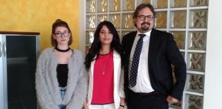 Da sinistra le studentesse Alice Tirola e Yousra Ezzaki, con il direttore del Cfp Zanardelli Marco Pardo, foto Andrea Tortelli, www.bsnews.it