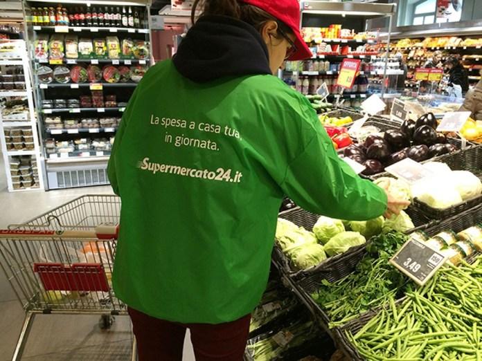 Una personal shopper di Supermercato24 all'opera, foto da ufficio stampa