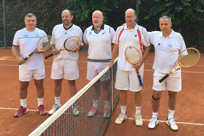 Un'immagine del trofeo vintage del tennis club Forza e Costanza