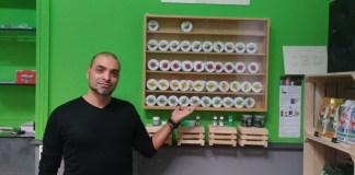 Gianpiero Occhialini di Hempatia davanti ai prodotti EasyJoint, www.bsnews.it