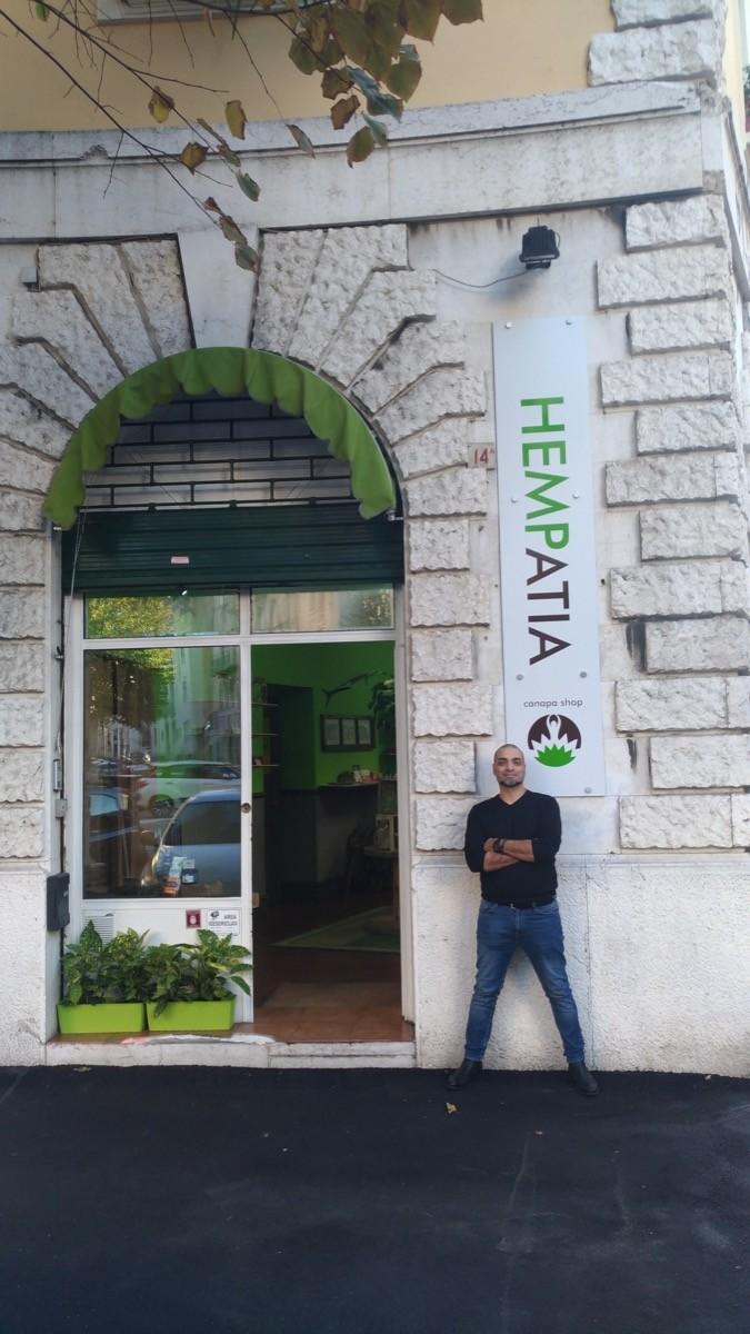 Gianpiero Occhialini davanti al punto vendita Hempatia di via Diaz a Brescia, www.bsnews.it
