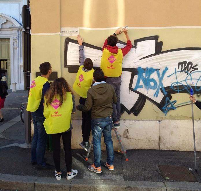 Pulitori in azione in Corso Magenta a Brescia in occasione del primo cleaning day, www.bsnews.it