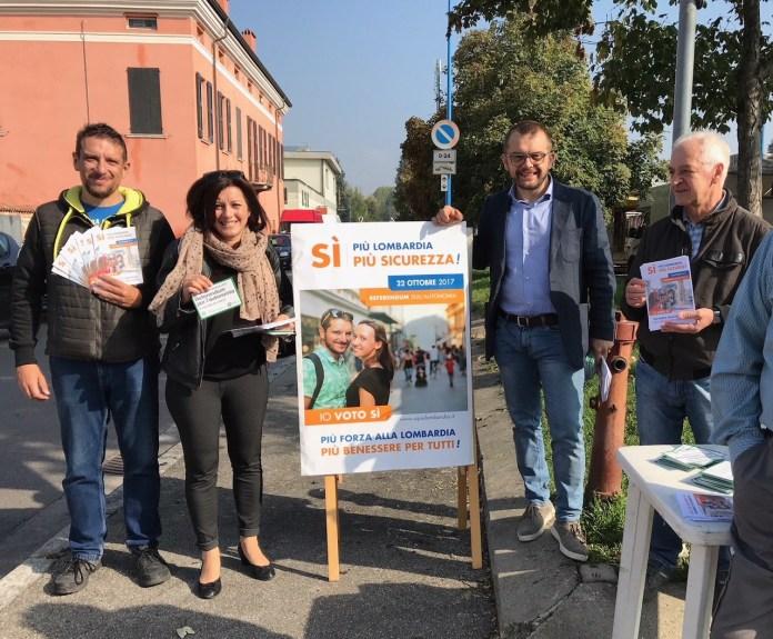 Rolfi e Bordonali a un gazebo per il referendum lombardo del 22 ottobre