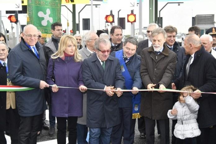 Il taglio del nastro per la nuova interconnessione tra Brebemi e A4 a Castegnato, in provincia di Brescia, foto da ufficio stampa