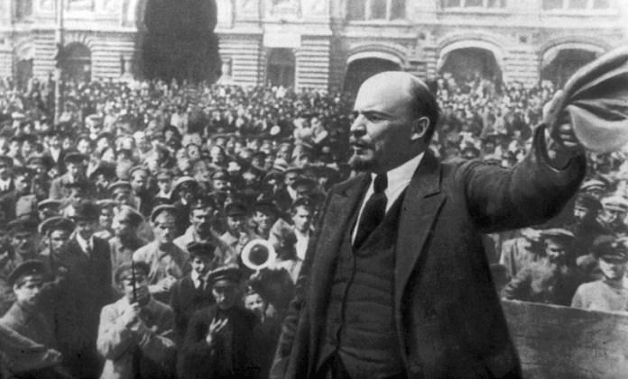 Lenin in una delle foto simbolo della Rivoluzione d'Ottobre