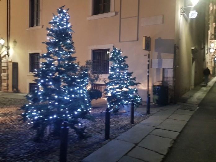 Una foto dell'albero di Natale in via Musei, a Brescia - foto Movimento 5 Stelle