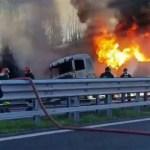 Un'immagine dell'incendio seguito all'incidente lungo la autostrada A21 (Brescia) dal video della Polizia Stradale