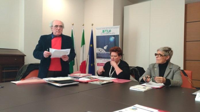 Il tavolo dei relatori della Quinta Crociera del gusto, al centro l'organizzatrice Mariuccia Ambrosini