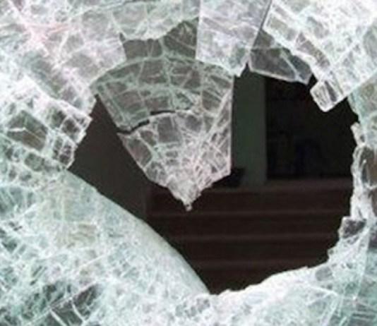 Una vetrata distrutta