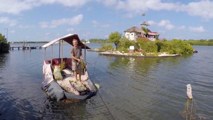 Un'isola galleggiante realizzata dall'eco-artista Richart Sowa
