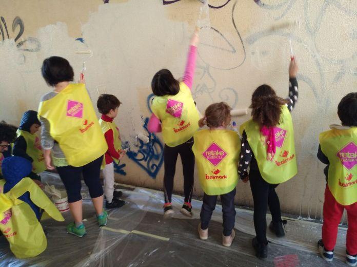 I ragazzi della scuola materna Carboni impegnati nella pulizia della città, Retake Brescia