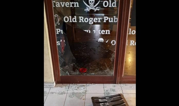 La vetrina spaccata dell'Old Roger, foto da Facebook