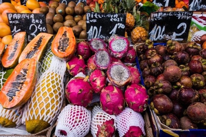 Frutta e verdura vendute in strada, foto generica
