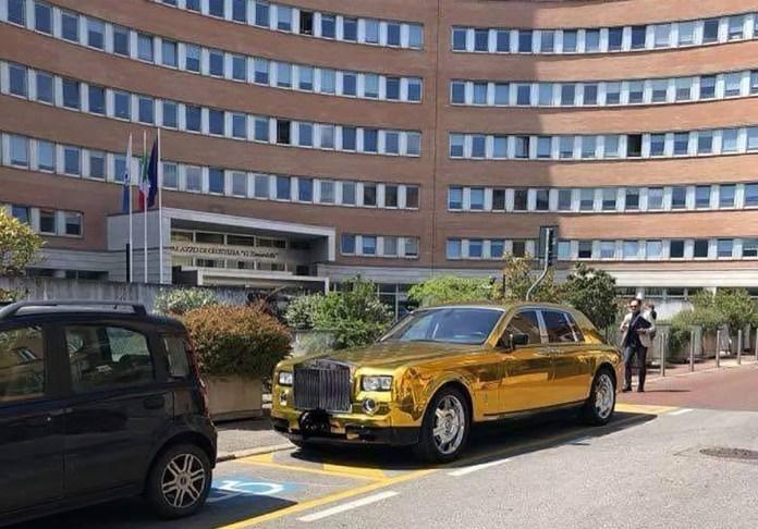 Rolls Royce dorata davanti al Palagiustizia di Brescia