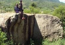 La strana scritta ritrovata in un parco della Tanzania da una scrittrice