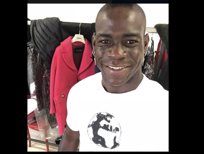 Mario Balotelli indossa una maglietta contro il razzismo