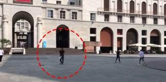 Un frame del video postato da Tacconi in cui uno straniero gioca a cricket in piazza Vittoria