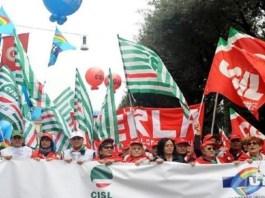 Le bandiere di Cgil, Cisl e Uil in una manifestazione, foto d'archivio