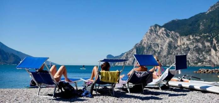 Una vista della spiaggia di Torbole, sul lago di Garda trentino