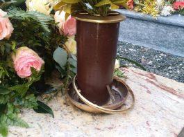 Vasi di rame al cimitero, foto generica