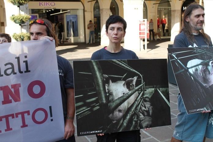 Gli animalisti protestano in Corso Zanardelli, foto Essere Animaliv