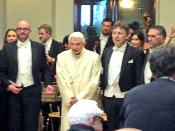 Il maestro Emiliano Facchinetti, dell'orchestra Filarmonica di Fraanciacorta, incontra papa Ratzinger