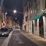 Un'immagine notturna di via Trento, nel quartiere di Borgo Trento a Brescia, foto da gruppo Facebook Borgo Trento Vive