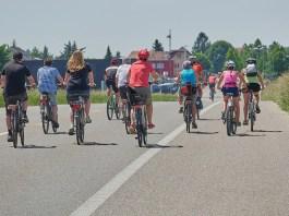Un gruppo di ciclisti in strada