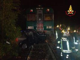Auto ferma sulle rotaie travolta da un treno, foto dei Vigili del fuoco
