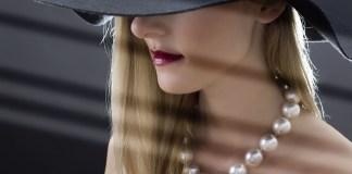 donna dai capelli biondi, foto generica