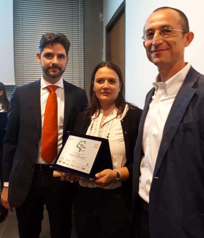 Il sindaco Antonio Trebeschi e l'assessore Chiara Bertoni ritirano il premio